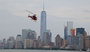 Helikopterflygning förbi Manhattan i New York