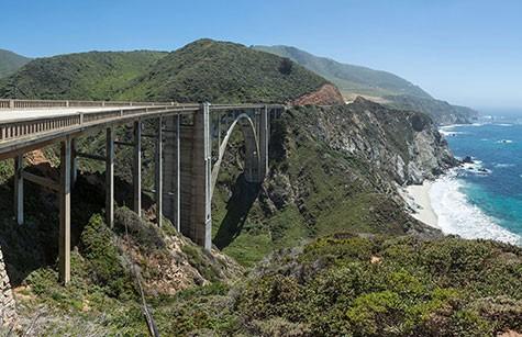 En bro över en dal vid Highway 1 i USA